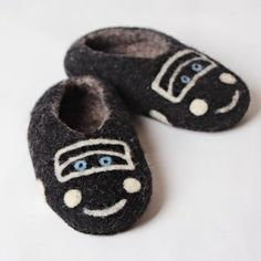 Kids house and kindergarden shoes. Very comfy and warm, kids will want to sleep in these shoes :-) Leather soles, are not slippery. Handmade in Romania. Felted Wool Slippers, Sheep Wool, Kids House, Romania, Wool Felt, Baby Shoes, Sleep, Comfy, Warm