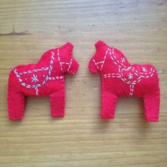 Make you own felt dala horses, to add a Scandinavian touch to your Christmas tree this year.