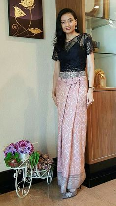 นุ่งผ้ Thai Fashion, 60 Fashion, Couture Fashion, Fashion Dresses, 2000s Fashion, Fashion News, Winter Fashion, Vintage Fashion, Fashion Trends