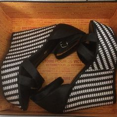 New Pour La Victoire wedges size 8.5 Adorable black and white wedges. 5 inch wedge with platform. Size 8.5 Shoes Wedges