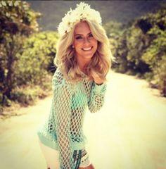 Looks com tiara de flores de famosas, como Giovanna Ewbank, inspiram penteado para festa.