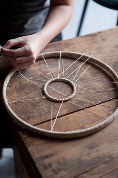 zwei konzentrische Kreise für den Traumfänger schnüren