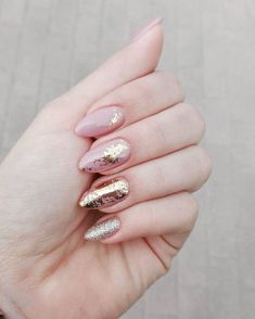 """¡Arriba las manos de las amantes del #glitter (y todo aquello que brille)! Con manicuras de este estilo, aplica un tono de base neutro como """"Cash Merely There"""" de la gama #everglaze. #chinaglaze #chinaglazespain #nailsdid #nailart #nailartist #nailsdone #manicure  #Regram via @chinaglaze_spain"""