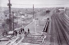 Esta foto data de 1928 y en ella se observa la construcción de la ampliación en carriles del puente. Añadirían una plataforma sobre estructura metálica por la cara norte del puente. Las viviendas que se observan de fondo pertenecen al barrio del Puente de Vallecas.