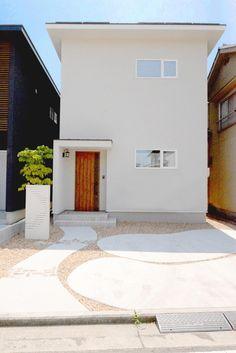 白色の開放的な空間。ナチュラルで可愛いお家。 * 空間の使い方で開放感のある暮らしを提案。 外の光を部屋の中にいっぱい取り込む開放的なデザイン。 スキップフロアでスペースを最大限に活用できる工夫。 子育て世代のご夫婦の声に応えたナチュラルテイストなお家。  #外観 #お洒落 #こだわり #インテリア  #新築 #モデルハウス #マイホーム #ナチュラルハウス #オープンスタイル #open style #広島 #福山 #本庄町 #工務店 #家づくり #家 #家族 #施工事例 #住宅  #注文住宅 #デザイン住宅 自然素材 #住まい #お家