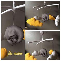 Mobile musical bébé avec éléphant gris et nuages blancs et jaunes