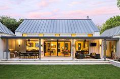 Extraordinary modern farmhouse in rural Texas by Olsen Studios (Step Design Exterior) Modern Farmhouse Design, Modern Farmhouse Exterior, Farmhouse Decor, Urban Farmhouse, Farmhouse Layout, Farmhouse Interior, Texas Farmhouse, Farmhouse Architecture, Modern Farmhouse Floor Plans