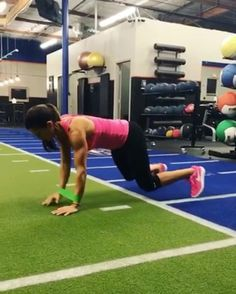 """Polubienia: 5,699, komentarze: 75 – Alexia Clark (@alexia_clark) na Instagramie: """"Another shoulder finisher from hell!  4 ROUNDS! 40 seconds on 20 rest! Try this on your next upper…"""""""