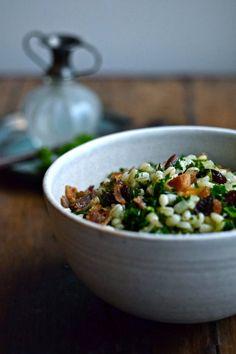 Salat med perlebyg, grønkål og bacon er det perfekte tilbehør. Denne salat med perlebyg kan dog også spises som en selvstændig ret. I Want To Eat, Risotto, Bacon, Salads, Brunch, Dessert Recipes, Food And Drink, Healthy Recipes, Healthy Food