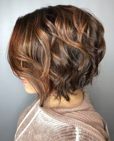 Stacked bob with chestnut blonde highlights. stacked bob with chestnut blonde highlights Pretty Brown Hair, Brown Bob Hair, Chestnut Brown Hair, Brown Blonde Hair, Blonde Streaks, Dark Blonde, Short Blonde Haircuts, Curly Bob Hairstyles, Curly Hair Styles