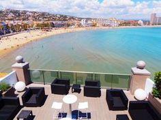 Die Terrasse mit Meerblick des Strandhotels La Mar.