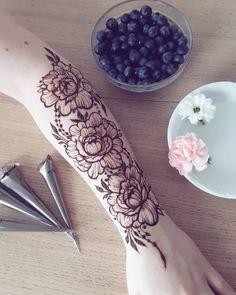 Henna Hand Designs, Indian Henna Designs, Beginner Henna Designs, Unique Mehndi Designs, Beautiful Henna Designs, Mehndi Designs For Hands, Henna Tattoo Designs, Henna Flower Designs, Henna Arm Tattoo