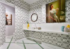 Leticia Peironcely y Carlos Albánez recrearon un jardín tropical urbano en los baños públicos de la planta baja de Casa Decor 2017.