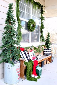 3 Awesome Winter Porch Decors to Copy - Looking for ways to decorate your porch in winter? Here are some ideas of winter porch decor to help you. Copy the ideas and get the new look of your porch. Farmhouse Christmas Decor, Outdoor Christmas Decorations, Country Christmas, Holiday Decor, Primitive Christmas, Natal Country, 242, Cozy Christmas, Christmas Trees