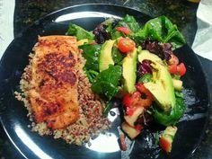 Healthy salmón with quinoa and sherry vinegar salad