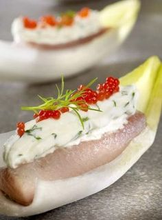 100 g gerookte forelfilet 1 eetl. rode lompviseitjes 1 witloof 150 g verse kaas 1 koffiel. Party Food Catering, Good Food, Yummy Food, Xmas Food, Finger Food Appetizers, Snacks Für Party, Recipe Details, Appetisers, Sandwiches