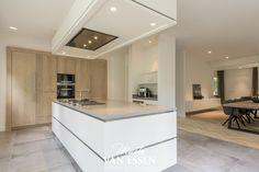 Deze ruime keuken met kookeiland heeft ook nog een stijlvolle hoekbank in de erker zodat u ook tijdens het koken van de zon kan genieten. Op de link ziet u meer foto's en kan u (ook tijdens de vakantie!) een vrijblijvende afspraak maken.