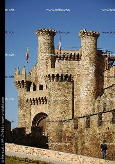 het kasteel ligt in Ponferrada. In de buurt van het kasteel is er goud gevonden. Ze begonnen met het kasteel te bouwen in 1178.