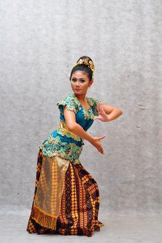 Ringkang Mojang Dance Borneo, Kebaya, Captain Hat, Beautiful Women, Asian, Culture, Poses, Traditional, Java