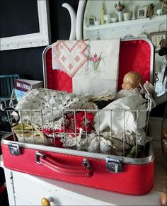 Vintage Suitcase Display | http://www.asouthernbellewithnorthernroots.com/2012/07/identity-of-vintage-suitcase.html#