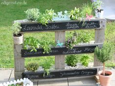 Pallet Herb Planter - with a little reconfiguring, a few nails, and some chalkboard paint, this charming, 3 tiered, vertical planter is possible. (from Indigo Autumn: diy)
