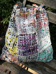 fashion upcycling Woven bag from recycled plastic bags Plastic Bag Crafts, Plastic Bag Crochet, Recycled Plastic Bags, Plastic Recycling, Plastic Art, Recycling Bags, Fused Plastic, Textile Recycling, Recycling Ideas
