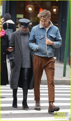 Vanessa Hudgens & Austin Butler Spend Sunday Together in NYC: Photo Vanessa Hudgens and her boyfriend Austin Butler spent the day together this weekend! Vanessa Hudgens And Austin Butler, Vanessa Hudgens Style, Gentleman Mode, Gentleman Style, Celebrity Outfits, Celebrity Style, Estilo Street, Look Man, Stylish Couple