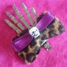 Fermaglio per capelli #handmade #skull #skeleton #hand #skeletonhand #bow #animalier #hairclip #hair #capelli #horror #goth #dark #livingdead #halloween #trickortreat #gothic #violet #furry #pinup #rockabilly #splatter #dead #death #samhain #ladyskeleton