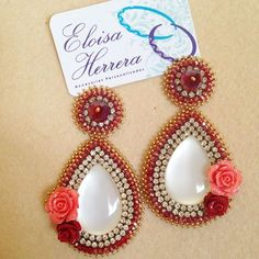 Imagen relacionada Diy Jewelry, Beaded Jewelry, Jewelry Making, Craft Accessories, Badge Design, Beading Projects, Beaded Embroidery, Beaded Earrings, Lily