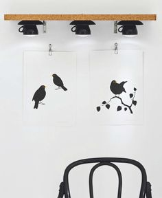 Tazzine con luce incorporata   Create su una parete non utilizzata in cucina o in sala da pranzo questo scaffale luminoso. Un buon posto dove riporre libri di cucina spezie e piccoli oggetti che devono essere sempre a portata di mano. Inoltre fornirà un bel fascio di luce per illuminare immagini o altre decorazioni murali. Quello che vi occorre sono tre tazzine da te complete di piattino un ripiano di legno e dei fogli di sughero. Le luci sono led a batteria. Nel dettaglio avrete bisogno di…