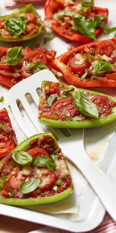 Our mini paprika pizzas are a great alternative to conventional pizza! Instead of using dough, the base of this finger food recipe is made from paprika halves. You can then document them as you like. Paprika Pizza, Mini Paprika, Pizza Hut, Dough Pizza, Sauce Pizza, Peppers Pizza, Grape Jelly Meatballs, Mini Pizza, Stuffed Mini Peppers
