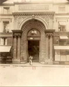 Paris 2e - 10 rue Saint-Marc : entrée de l'ancienne galerie de la Bourse du passage des Panoramas, disparue en 1929 lors de la rénovation de coin des rues Saint-Marc et Vivienne, au profit de l'actuel immeuble de béton.