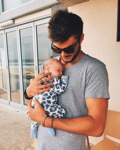 baby wearing dad – Photography, Landscape photography, Photography tips Cute Family, Baby Family, Family Goals, Beautiful Family, Cute Kids, Cute Babies, Dad Baby, Father And Baby, Foto Baby