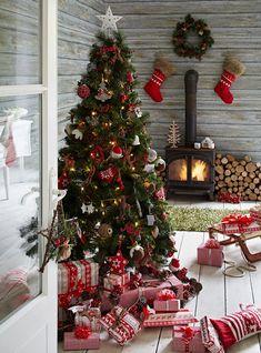 Kerst boom met veel rood versierd