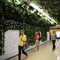 Adolfo Domínguez y JCDecaux Innovate llenan el Metro de Madrid del embriagador aroma de las rosas