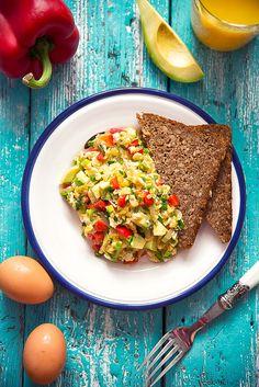 picante-jalapeno.bogspot.com: Jajecznica z awokado, papryką i szczypiorkiem