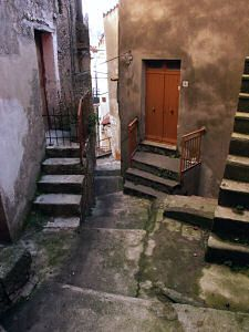 サン・ドナート・ディ・ニネーアの階段路地