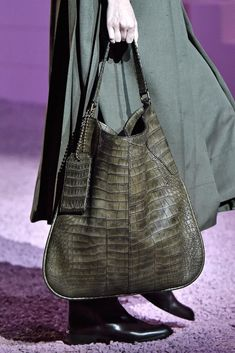 Marc Jacobs Spring 2015 Ready-to-Wear - Collection - Gallery - Look 1 - Purses And Handbags, Leather Handbags, Handbag Accessories, Fashion Accessories, Marc Jacobs, Sacs Design, Shopper, Beautiful Bags, Bag Sale