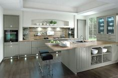 Inselküche Casa im Landhausstil, senkrecht geplankt in Grau (RWK Küchen)