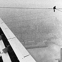 Há 25 anos, um equilibrista francês fez um passeio que ficou para a história de Nova Iorque. Philippe Petit caminhou sobre um cabo estendido entre o topo das duas Torres Gémeas. Que nome dar a isto?
