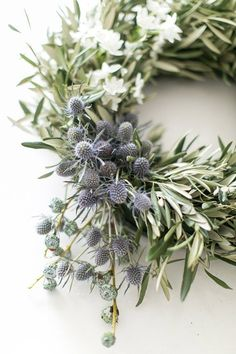 14 Jaw-Dropping, Elegant DIY Christmas Wreaths that Look Totally Expensive – Joyful Messes Noel Christmas, Christmas Crafts, Christmas Decorations, Holiday Decor, Make A Christmas Wreath, Christmas Flowers, Christmas Quotes, All Things Christmas, Couronne Diy