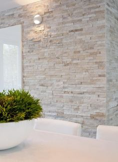 Best Ceiling Paint Color Ideas and How to Choose It palest stone wall against crisp contemporary white – Natuursteenstrip van Barroco. Close up foto van de Barroco natuursteenstrips www. Stone Wall Living Room, Stone Feature Wall, Kitchen Feature Wall, Feature Walls, Kitchen Stone Wall, Kitchen White, Stone Wall Design, Stone Wall Tiles, Brick Design
