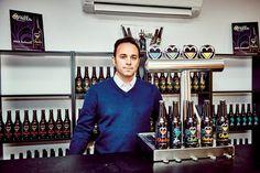 Jacob Nieto, en la tienda de la fábrica, donde se hace la cerveza La Chula, en el polígono de Santa Ana.