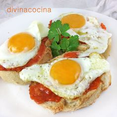 huevos de codorniz (con cuidado porque son delicados). Cubrimos el pan con un huevo de codorniz a la plancha caliente (o dos si la rebanada
