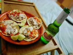 Tacos caseros de carne asada con cebolla y tomate, acompañados de una ceveza Stella Artois. Calificación: tacos 6.5 - cerveza 8.3
