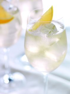 "Drink #GreyGoose Le Blanc, inspirado no filme ""Os Miseráveis"".    2 doses de #GreyGoose  1 dose de Vermute NOILLY PRAT  Limão espremido  Splash de ginger ale    #vodka"