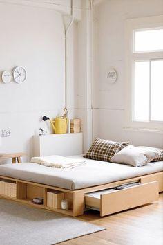 Элегантная минималичтичная кровать в интерьере стиля лофт. .