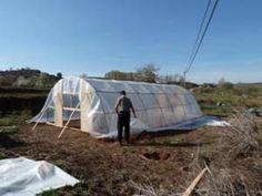 Cómo hacer tu propio invernadero con tubos de PVC – huertaelcampichuelo Ideas Para, Outdoor Gear, Tent, Outdoor Furniture, Margarita, Gardens, Build A Greenhouse, Greenhouse Gardening, Planting Vegetables