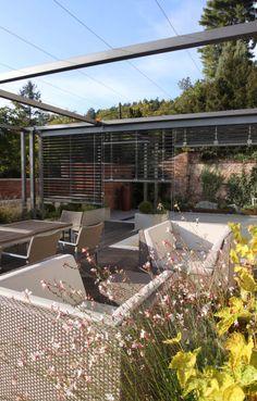 posezení na terase pod pergolou pro vinič / seating area on the terrace under the pergola for vines Pergola Plans, Vines, Roof Gardens, Terraces, Design, Decks, Terrace, Arbors