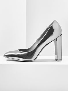 aeyde collection n02 GEORGIA - Streamlined, square-toed pump in metallic anthracite. This 90 mm block heel adds instant edge and elegance to any casual looks.